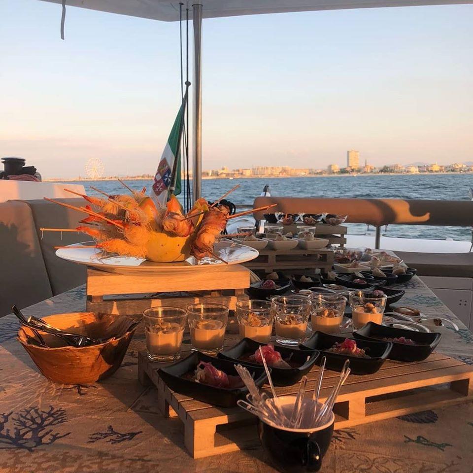 Apericena esclusivo in barca a vela al largo di Rimini