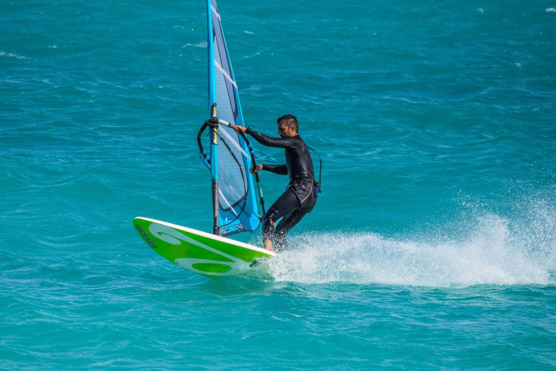 Corso base di windsurf a Bari Sardo in Ogliastra