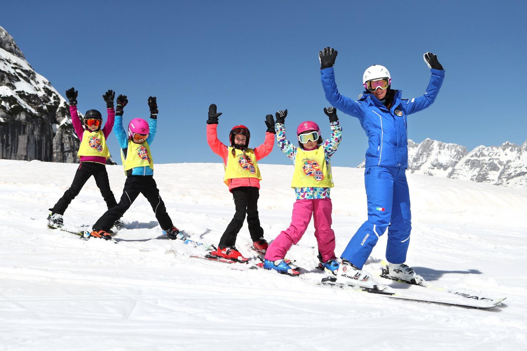 Corso collettivo di sci per bambini principianti ad Andalo