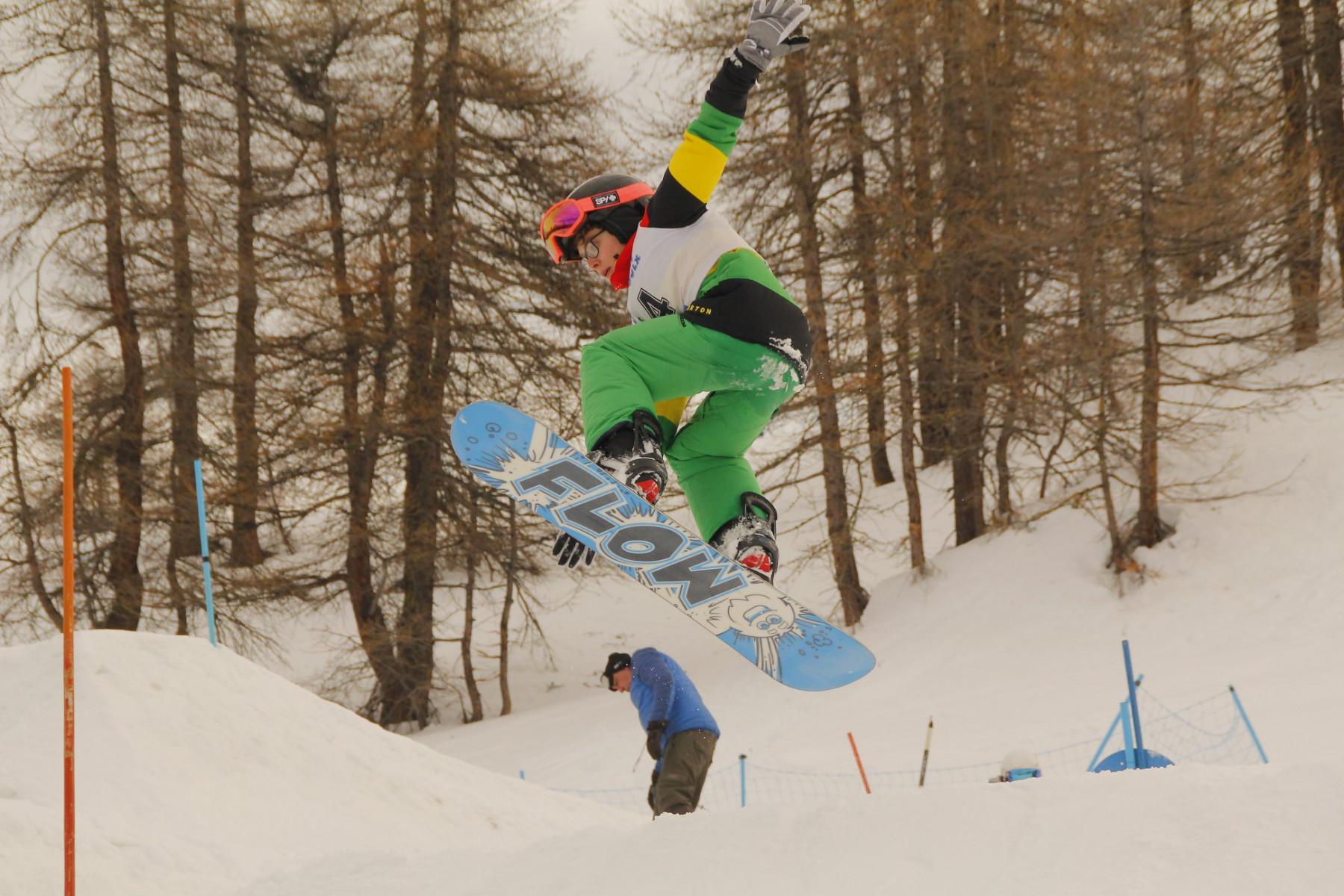 Corso collettivo di snowboard per bambini a Sauze d'Oulx