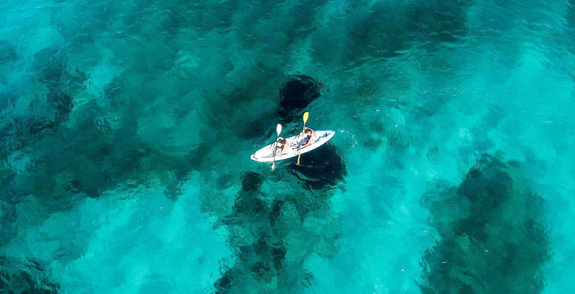 Corso di gruppo di kayak nel Golfo di Marinella a Olbia