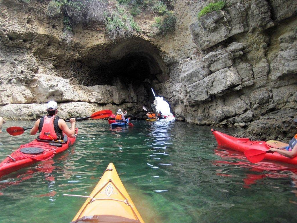 Escursione in kayak alle grotte di tufo della Costiera Sorrentina