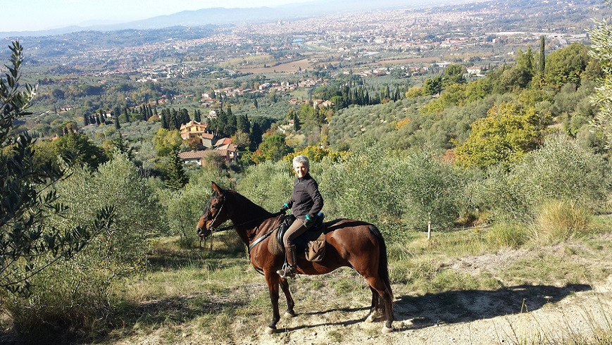 Escursione privata a cavallo, pranzo toscano e pomeriggio in piscina
