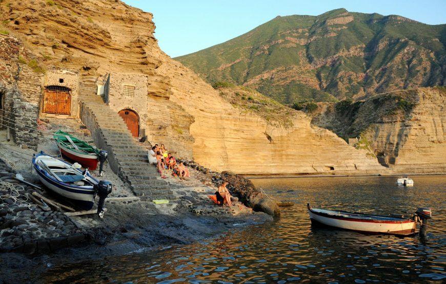 Gita in barca alla scoperta dell'isola di Salina