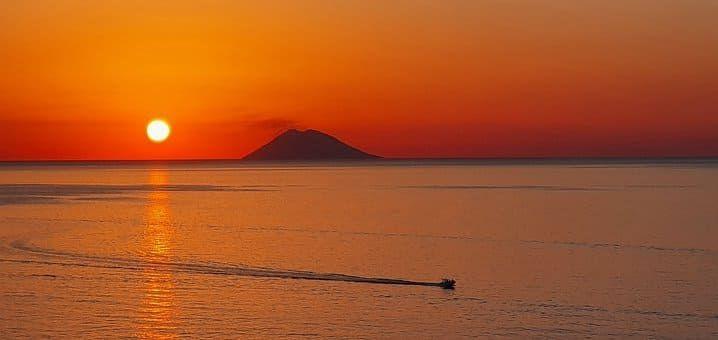Gita in barca al tramonto a Panarea e Stromboli