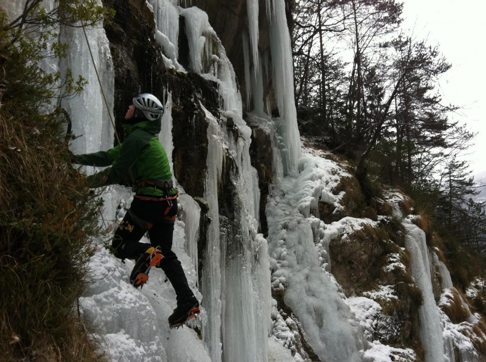 Lezione base di ice climbing sulle cascate di ghiaccio di Andalo