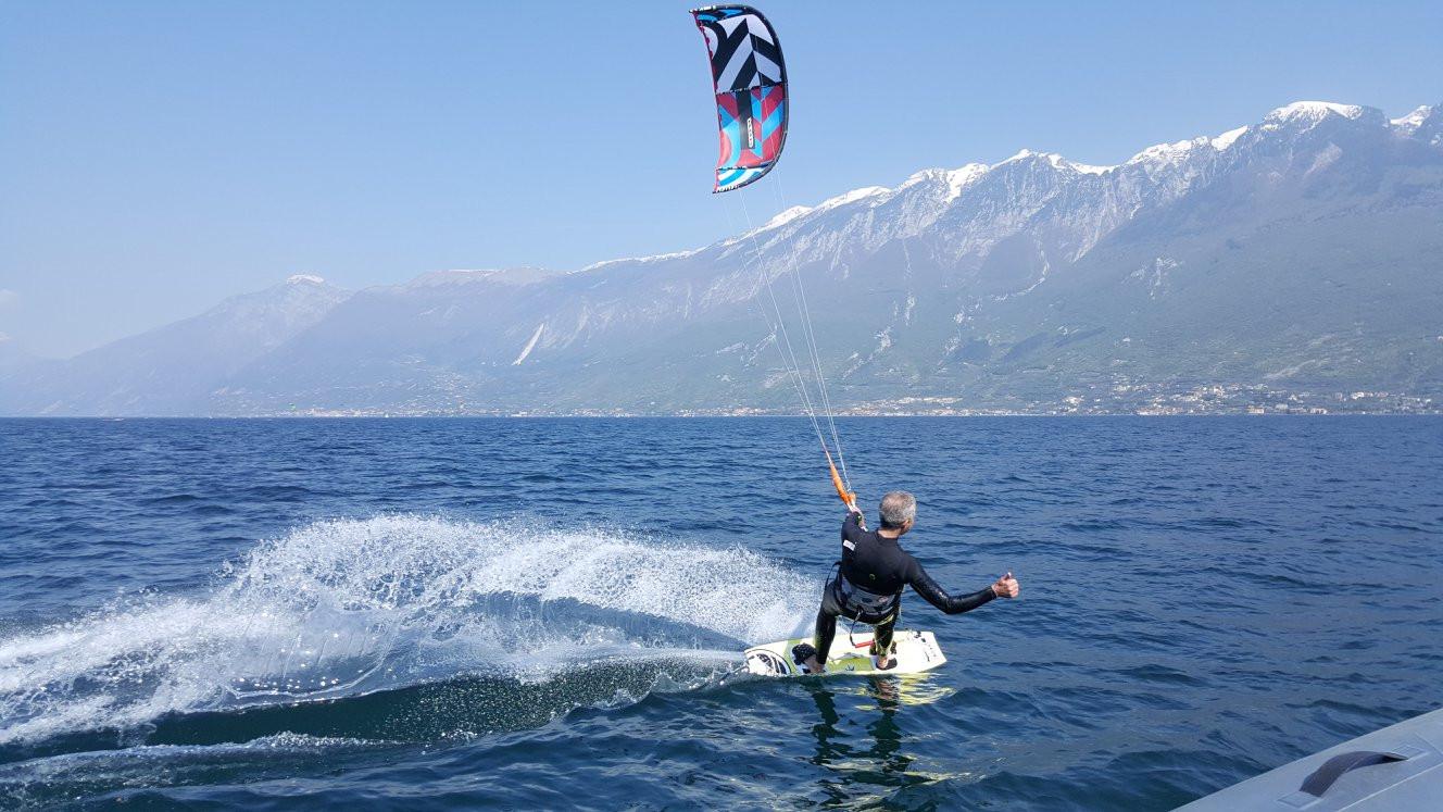 Lezione di prova di kitesurf sul Lago di Garda