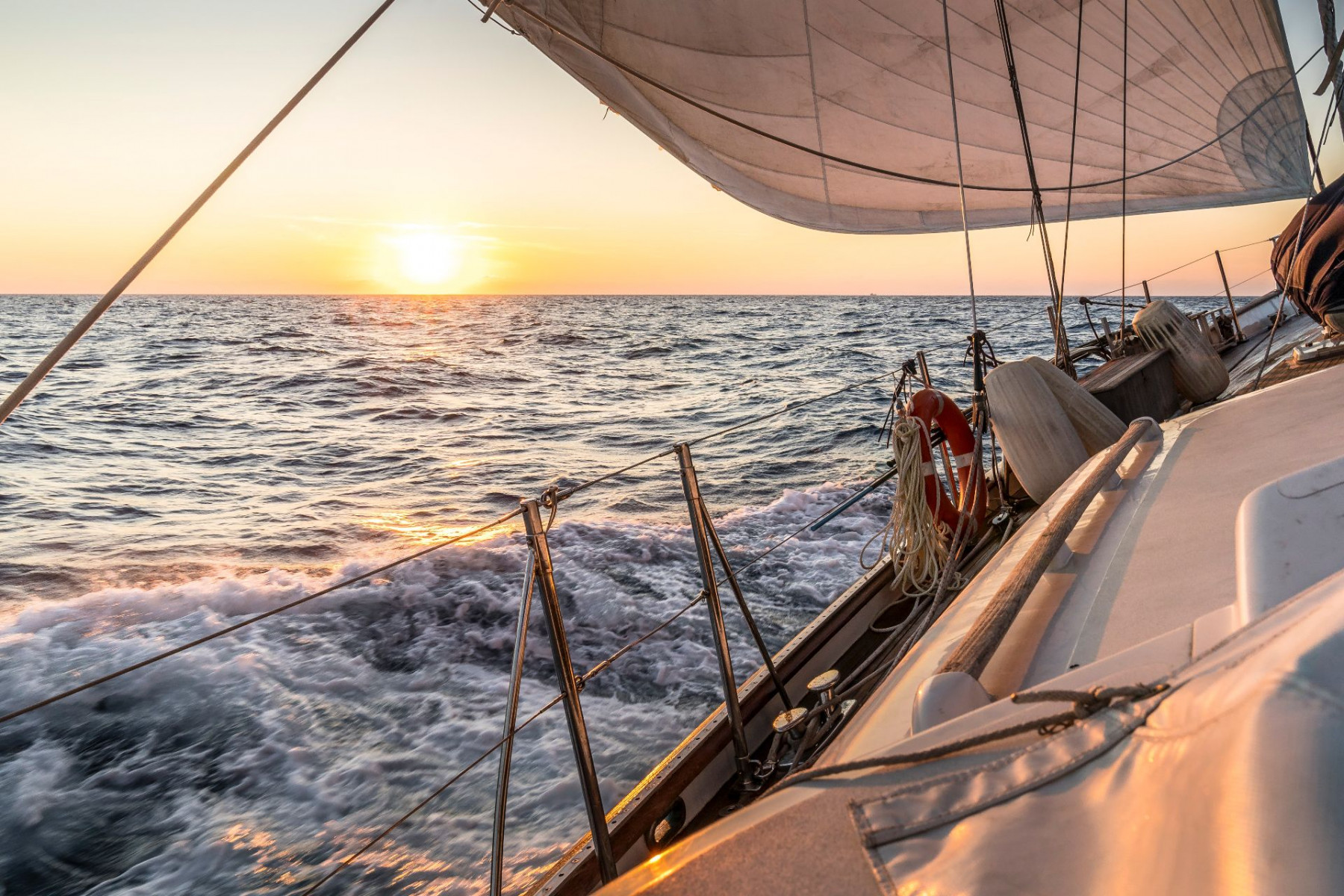 Tour in barca a vela e aperitivo al tramonto a Stintino
