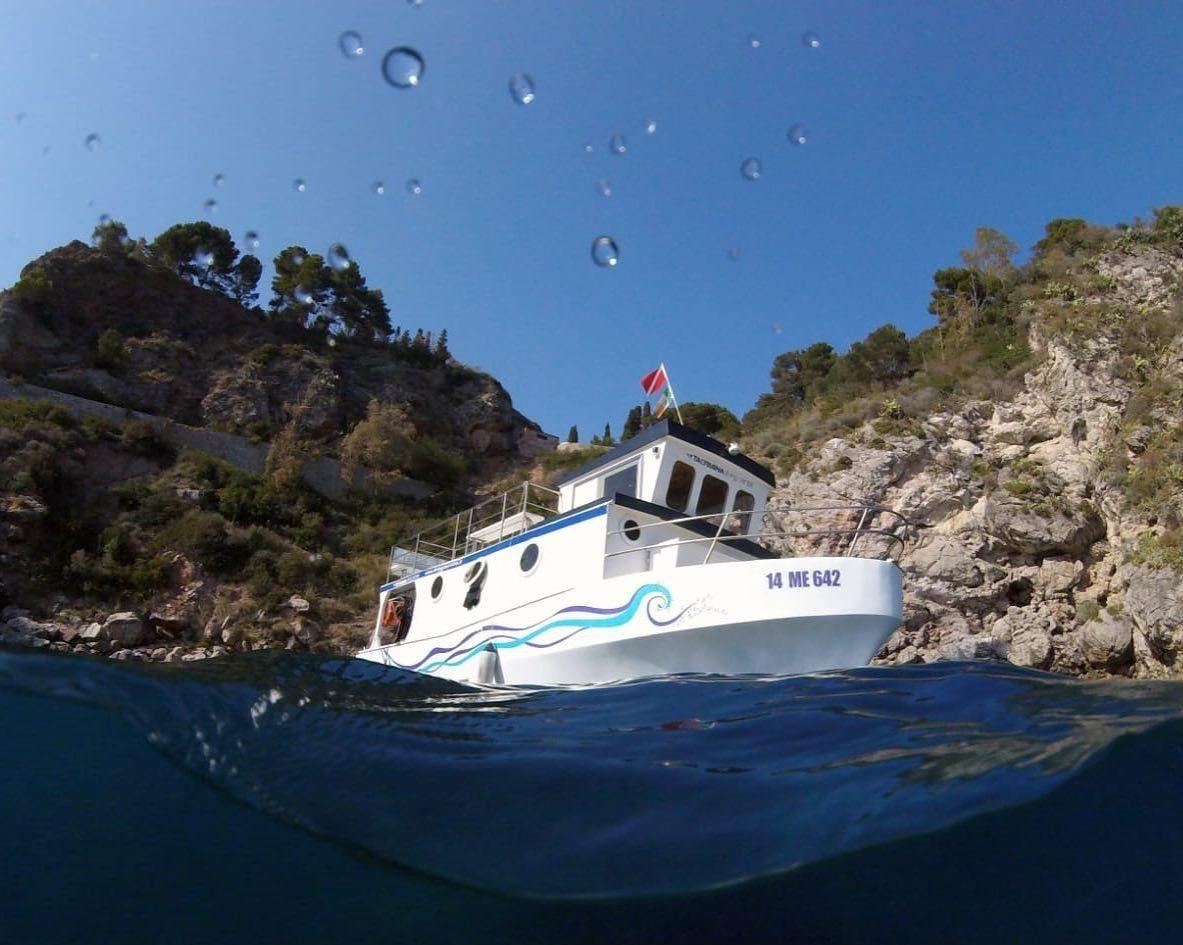 Tour privato in barca a Taormina con aperitivo e snorkeling