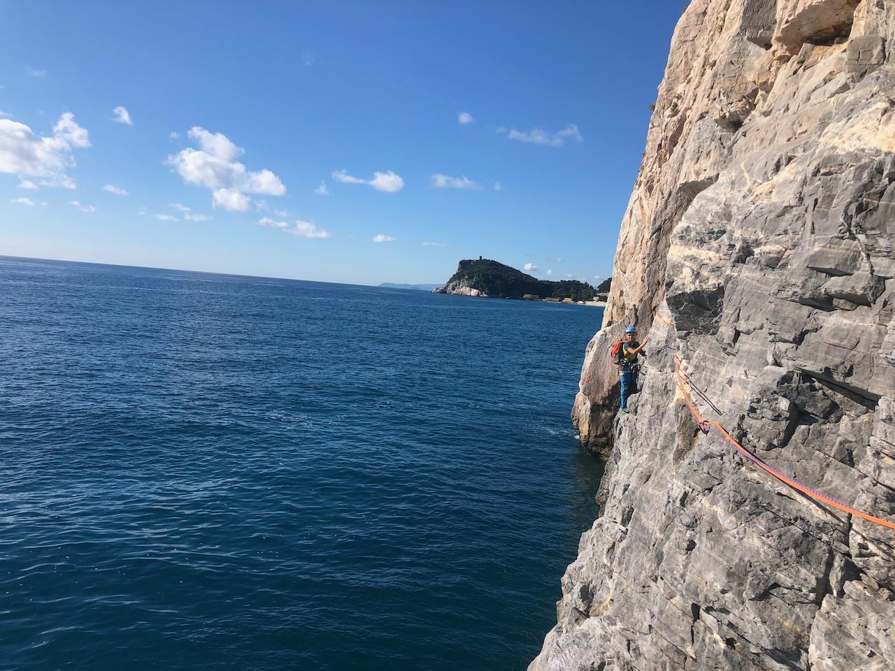 Tour privato in barca a vela e arrampicata a Capo Noli
