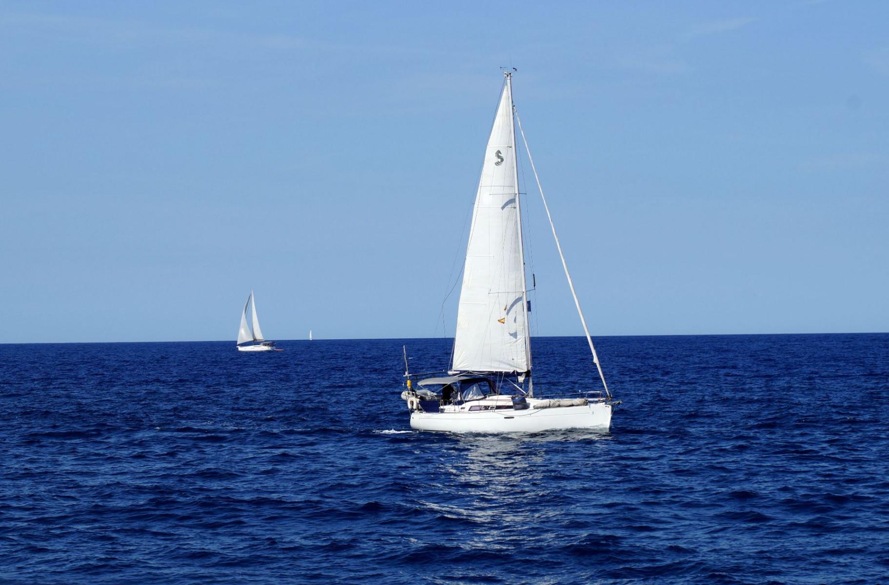 Uscita di pesca in barca a vela a Ostia con aperitivo e pranzo a bordo
