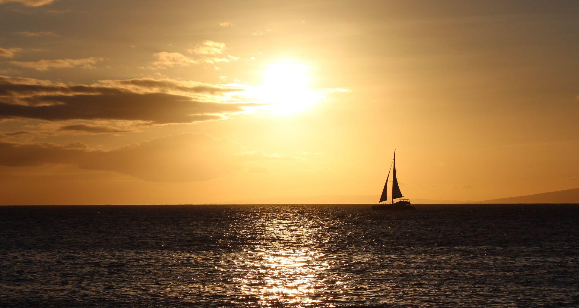 Veleggiata al tramonto a Ostia con cena per due e pernottamento a bordo