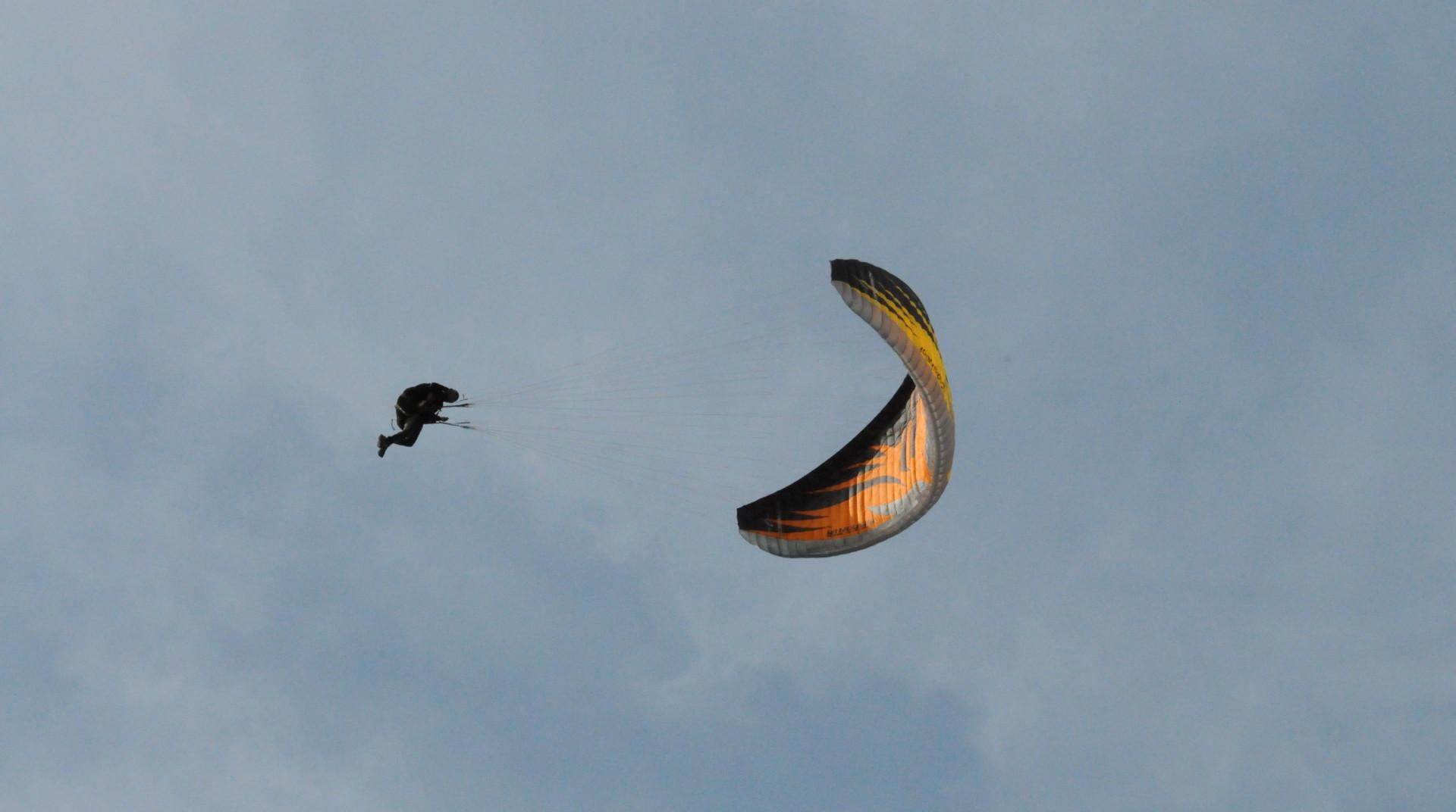 Volo acrobatico in parapendio biposto nella Valle del Serchio
