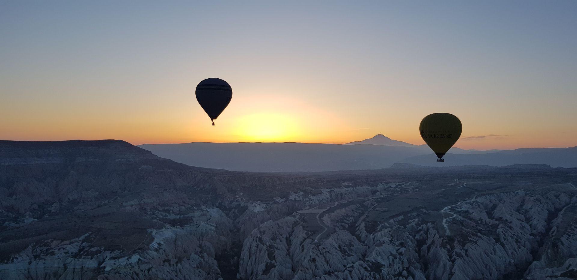 Volo di gruppo in mongolfiera sui Calanchi Lucani