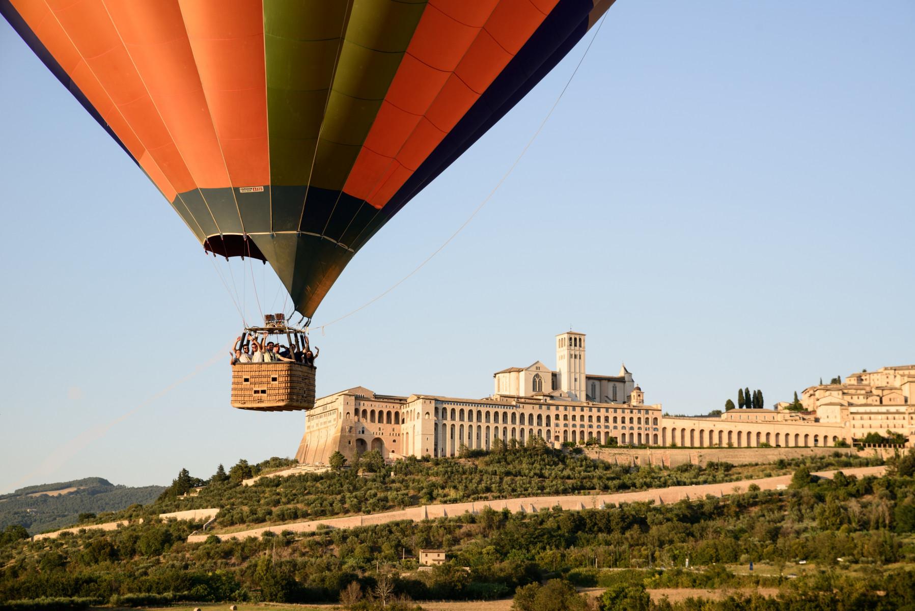 Volo di gruppo in mongolfiera nella Valle di Assisi