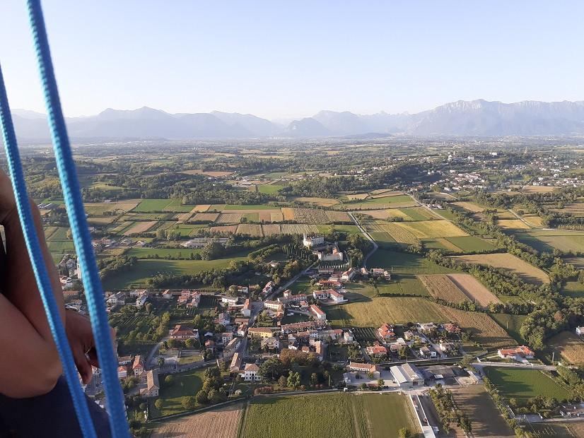 Volo in mongolfiera all'alba sulle colline friulane