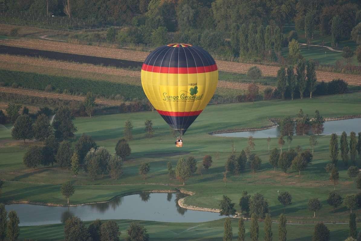 Volo in mongolfiera all'alba sul borgo medievale di Cittadella (PD)