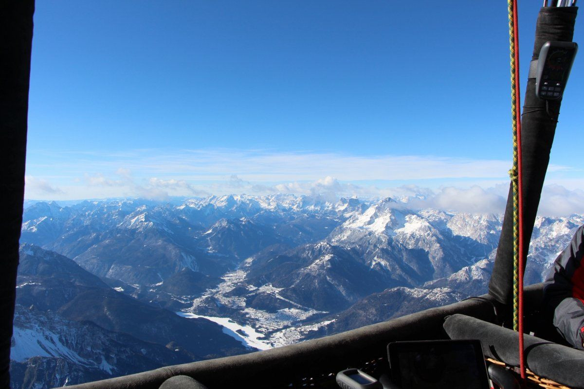 Volo invernale in mongolfiera sopra le Dolomiti