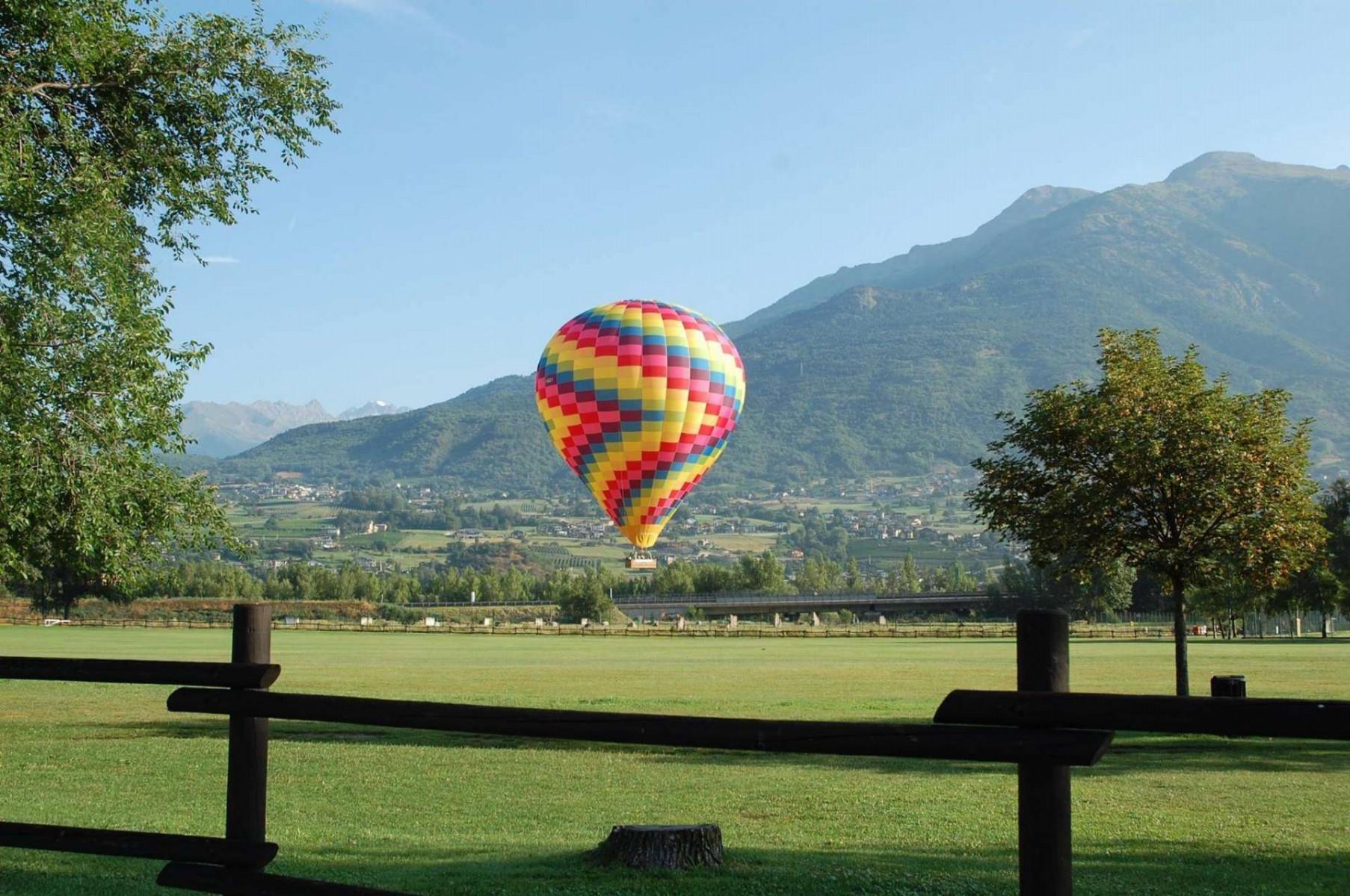 Volo in mongolfiera di gruppo dal Castello di Masino (Torino)