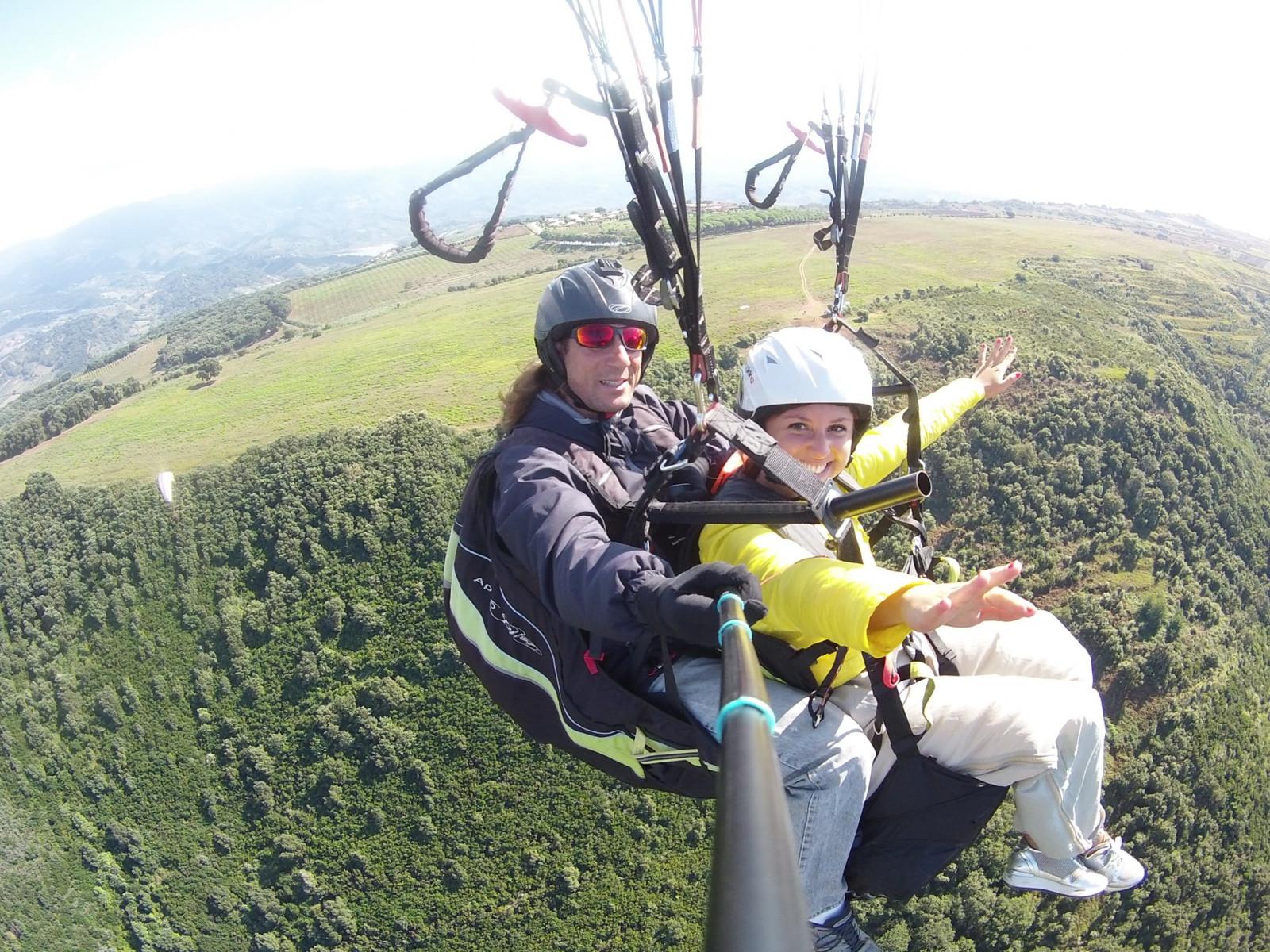 Volo in parapendio biposto sul borgo di Stilo