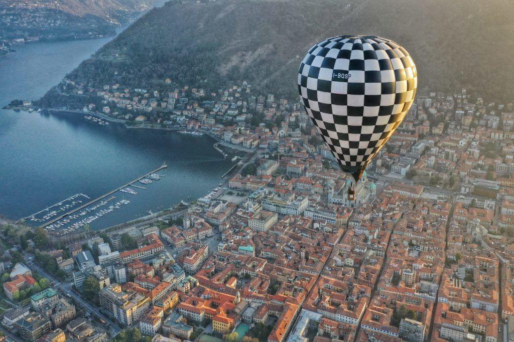 Volo romantico in mongolfiera sul Lago di Como