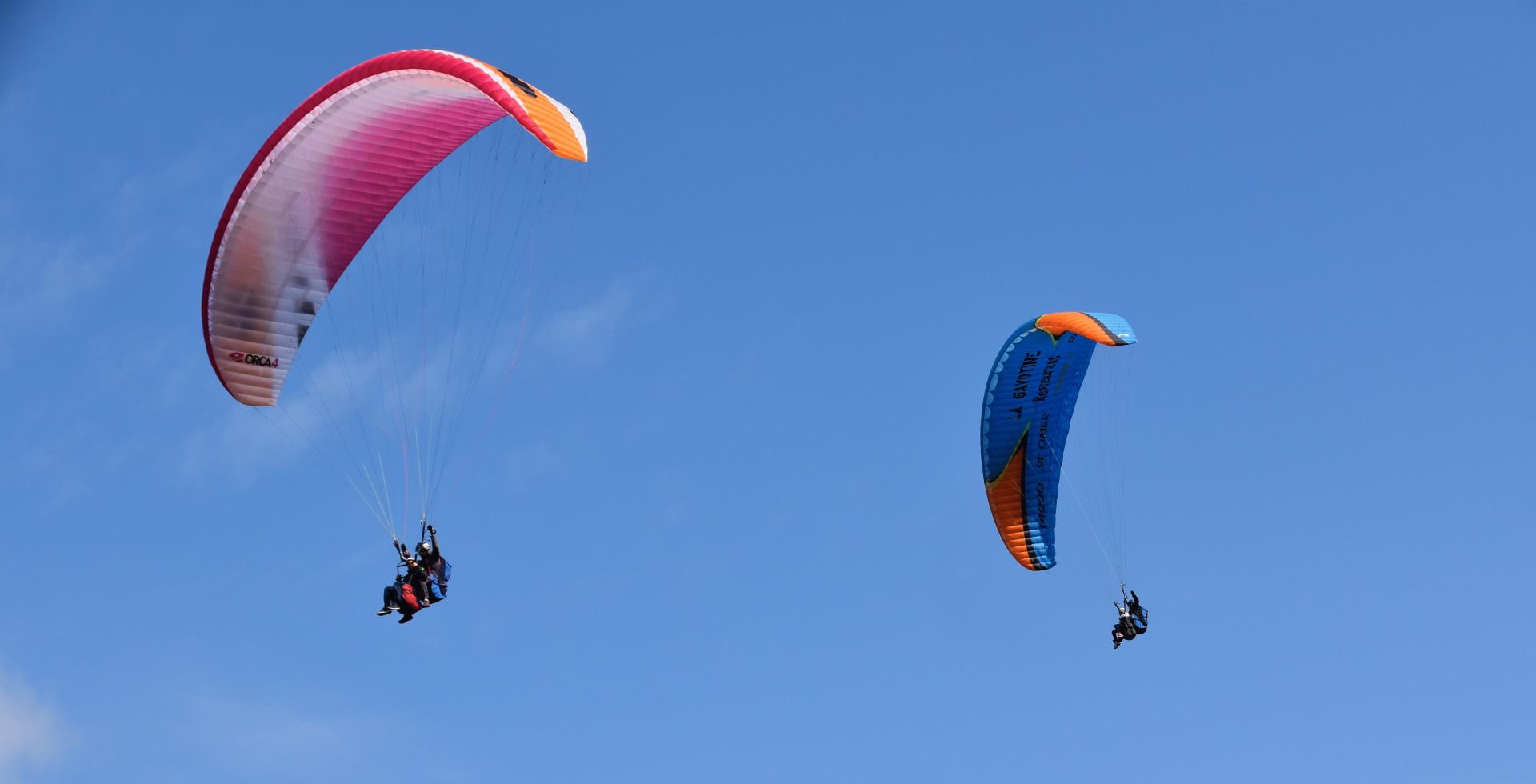 Volo simultaneo per coppie in parapendio biposto nella Valle del Serchio